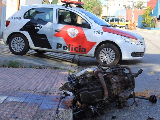 Batida foi tão forte que motor saiu do carro (Foto: Renato Mendes/Brazil Photo Press/Estadão Conteúdo)