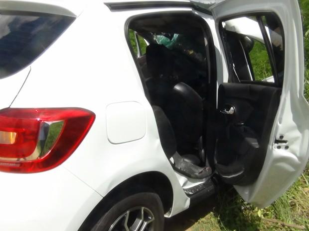 SDegundo a polícia, taxista tentou ultrapassar uma carreta e acabou batendo de frente com o caminhão, que vinha no sentido oposto (Foto: Eudo Mendes/Itapetinga Repórter)