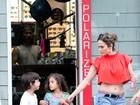 De short e barriga de fora, Jennifer Lopez passeia com os filhos