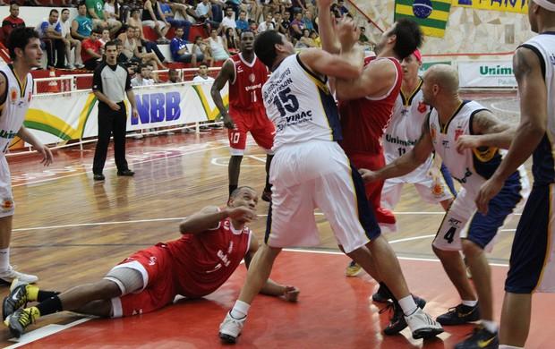 São José e Paulistano se enfrentam pelo NBB (Foto: Elaine Bento)