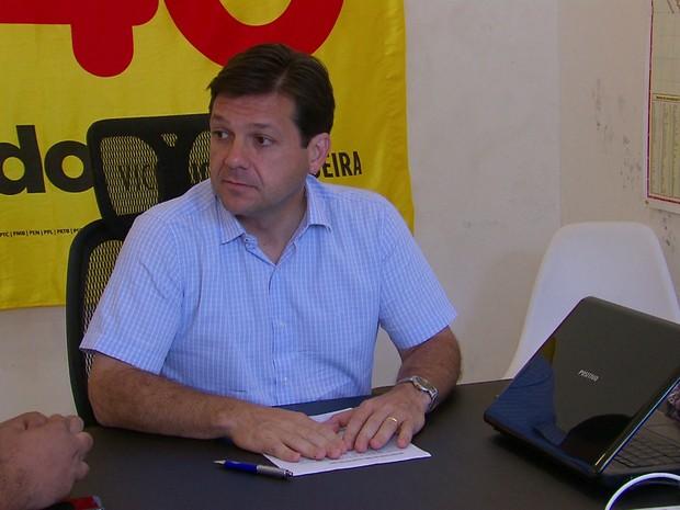 Candidato Geraldo Julio (PSB) se reuniu com secretário de Enfrentamento ao Crack e outras Drogras, Fernando Dourado, e técnicos da área no escritório da campanha, no bairro de Casa Forte (Foto: Reprodução/TV Globo)