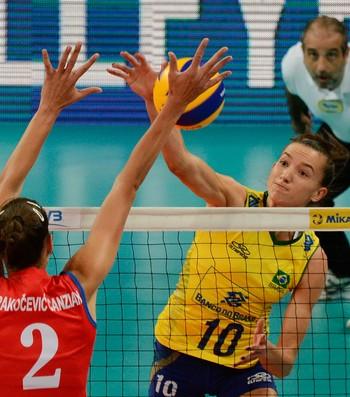 Gabi ataca pelo meio na vitória do Brasil sobre a Sérvia (Foto: JAYSON BRAGA/BRAZIL PHOTO PRESS/ESTADÃO CONTEÚDO)