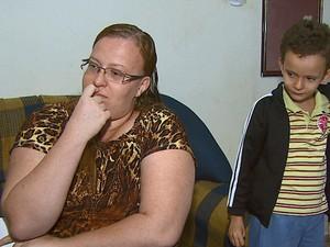 Maria Aparecida está sem a medicação para o filho há dois meses (Foto: Marlon Tavoni/EPTV)