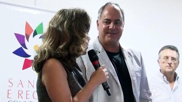 Roberto Clemente Santini, diretor presidente da TV Tribuna recebendo a homenagem (Foto: Reprodução / TV Tribuna)