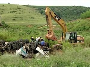 Máquina foi utilizada para retirar o veículo do local (Foto: Reprodução/ TV Gazeta)