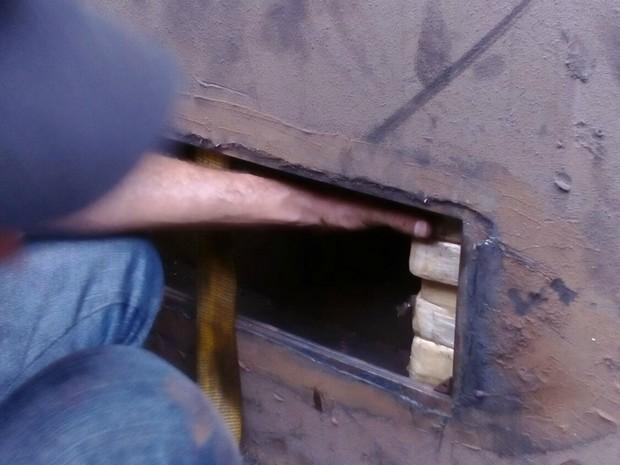 Tabletes estavam escondidos em fundo falso de carroceria de caminhão (Foto: Divulgação/ PF)