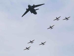 Cargueiro KC-390 e jatos fazem apresentação durante evento (Foto: Joisel Ramos/Vanguarda Repórter)