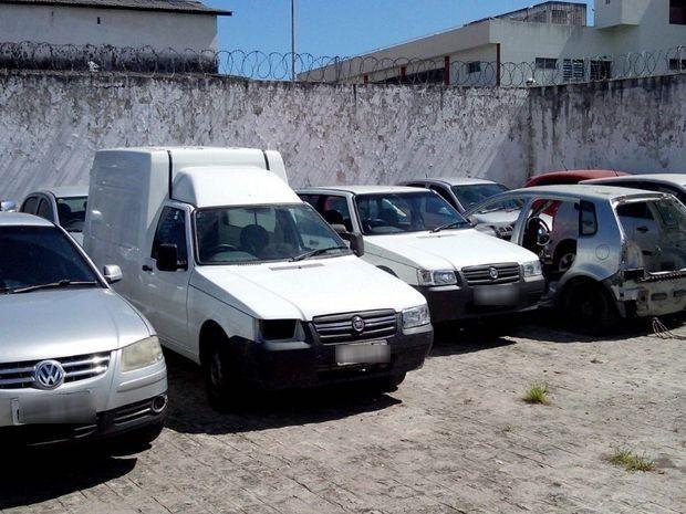 Veículos roubados recuperados pela polícia em Aracaju (Foto: Tássio Andrade/G1)