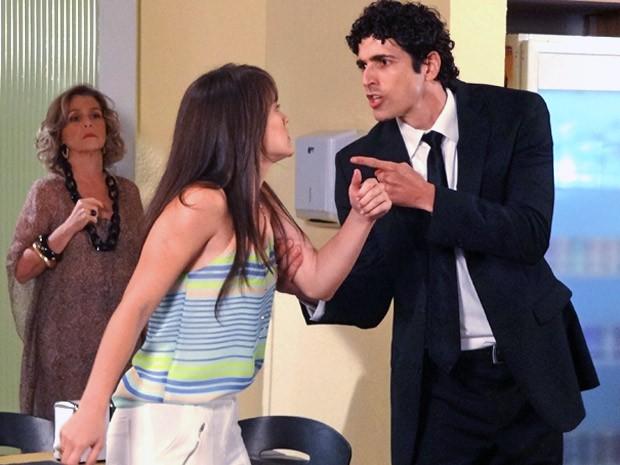 Charlô vê Carolina soltando os cachorros em Nando (Foto: Guerra dos Sexos / TV Globo)