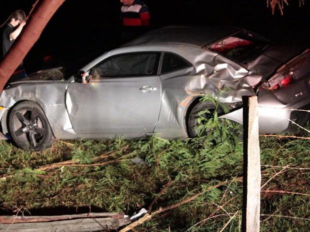Camaro capotou após atingir um cavalo na pista em Tabapuã, SP (Foto: Jonas Garcia Luciano / Gazeta do Interior)