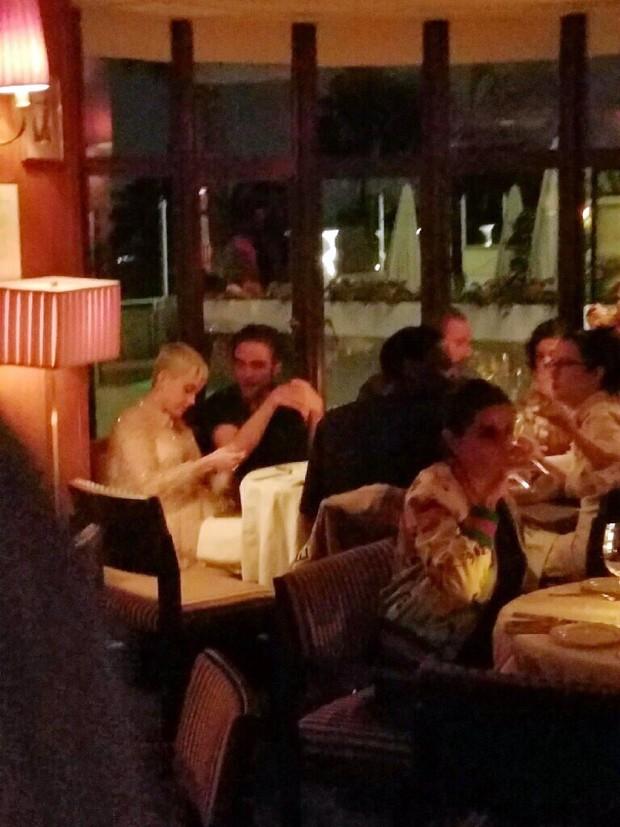 Katy Perry e Robert Pattinson em jantar em LA (Foto: The Grosby Group)