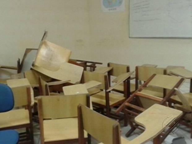 Sala de aula onde um professor e um agente prisional foram feitos reféns. (Foto: Reprodução / TV Liberal)