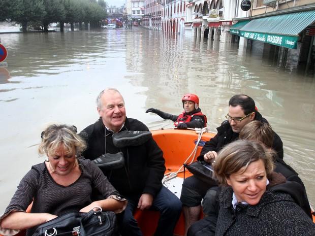 Peregrinos são retirados dos santuários após inundação (Foto: Laurent Dard / AFP)