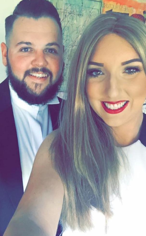 Mulher de 25 anos conhece noivo no Tinder e morre de câncer um dia antes do casamento