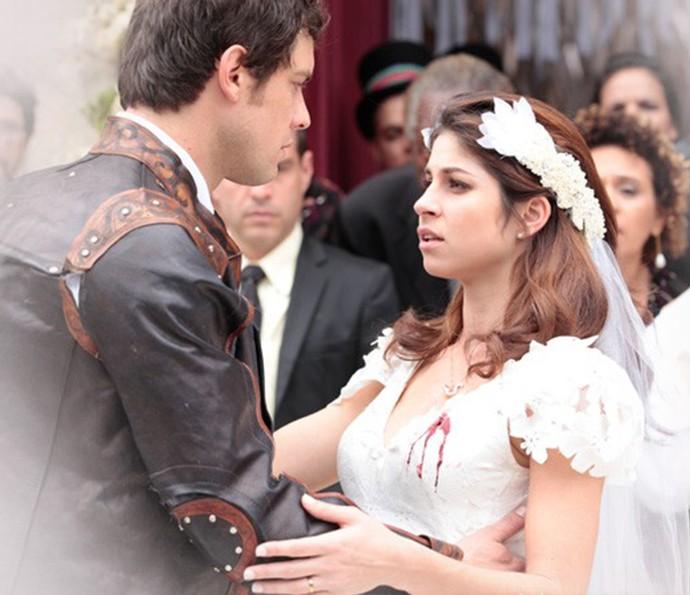 Personagem de Chandelly é atingida por tiro no último capítulo de Saramandaia. Na foto, com Sérgio Guizé no papel de Gibão (Foto: TV Globo)