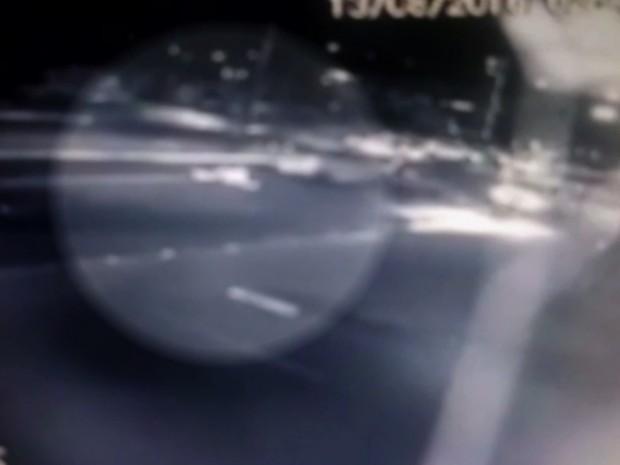 Imagens mostram quando motorista dá ré e atropela taxista, em Goiânia Goiás (Foto: Reprodução/TV Anhanguera)
