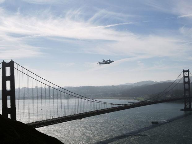 Endeavour passou pela Golden Gate, cartão postal de São Francisco, antes de partir para Los Angeles (Foto: Reuters/Robert Galbraith)