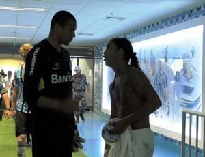 Ronaldinho conversa com Dida na saída de campo da Arena (Foto: Hector Werlang/Globoesporte.com)