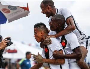 Jogadores pulam em Mauricinho, eleito o melhor jogador do Brasileiro, para comemorar um dos gols do chocolate vascaíno (Foto: Marcello Zambrana)