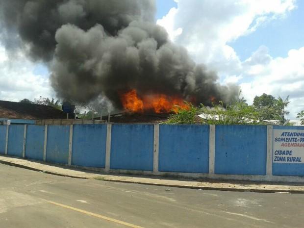 Casa do prefeito de Tapauá foi incendiada durante protesto contra atraso de salários de servidores (Foto: Enoque Lima/VC no G1 )