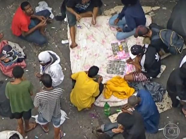 Usuários consomem crack na região da cracolândia, em São Paulo nesta terça-feira (1º) (Foto: TV Globo/Reprodução)