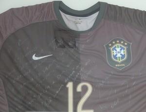 Camisa autografada por Rogério Ceni dada a Aloísio Chulapa (Foto: Denison Roma / Globoesporte.com)