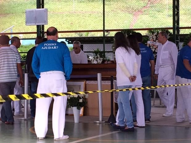 Corpo chegou às 9h ao Lar Frei Luiz, em Jacarepaguá (Foto: Cristina Boeckel / G1)