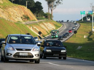 Movimento intenso na Rodovia dos Tamoios (SP-99) na manhã deste sábado (28), mas sem pontos de congestionamento. (Foto: Carlos Santos/G1)