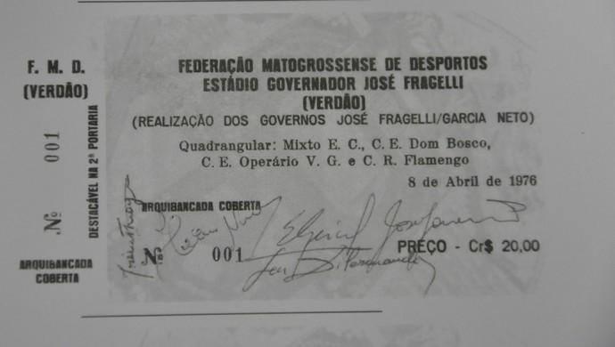 Ingresso do quadrangular na inauguração do Estádio Governador José Fragelli, Verdão, em Cuiabá 1976 (Foto: Reprodução/Livro Verdão: Uma história de Desafios e Conquistas)