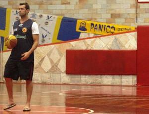 Murilo, do São José Basquete, fez exames, que constataram que uma perna tinha mais força que a outra (Foto: Filipe Rodrigues/ Globoesporte.com)