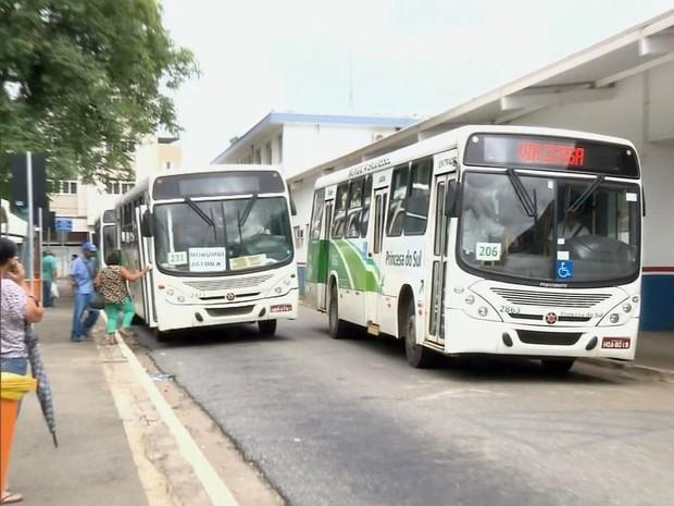 Moradores pedem retirada de ponto de ônibus de praça em Pouso Alegre (MG) (Foto: Reprodução EPTV)
