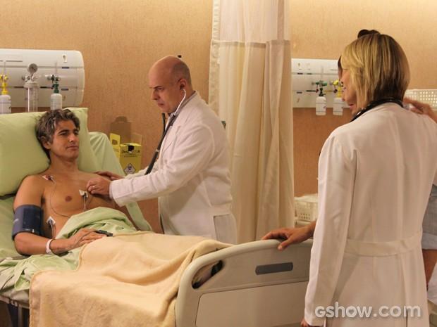 Cadu é atendido na emergência após desmaiar (Foto: Em Família/TV Globo)