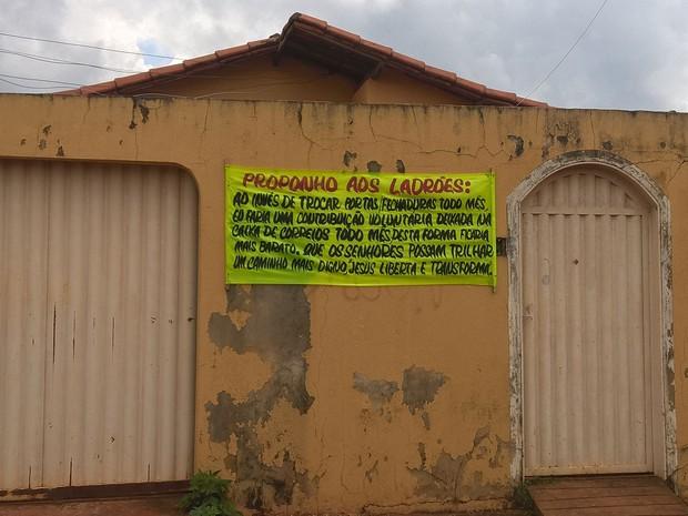 Bombeiro hidráulico deixa faixa com recado a ladrões após ter casa furtada duas vezes em menos de três meses (Foto: Emanoel Costa/Arquivo Pessoal)