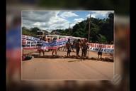 Índios bloqueiam a rodovia Transamazônica, prox. à Itaituba, sudoeste do PA