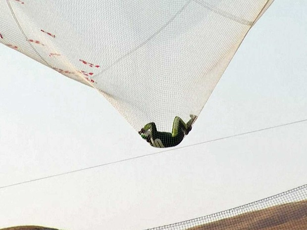 Luke Aikins caiu em uma rede em Simi Valley, na Califórnia (Foto: Mondelez Internacional / via AP Photo)