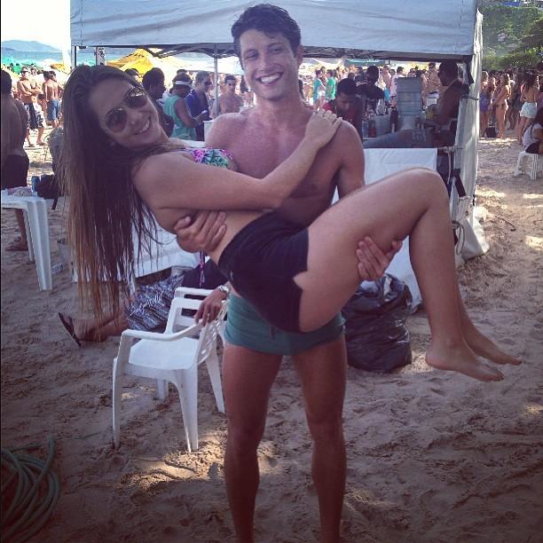 Carolina Portaluppi com namorado em Jeribá (Foto: Instagram / Reprodução)