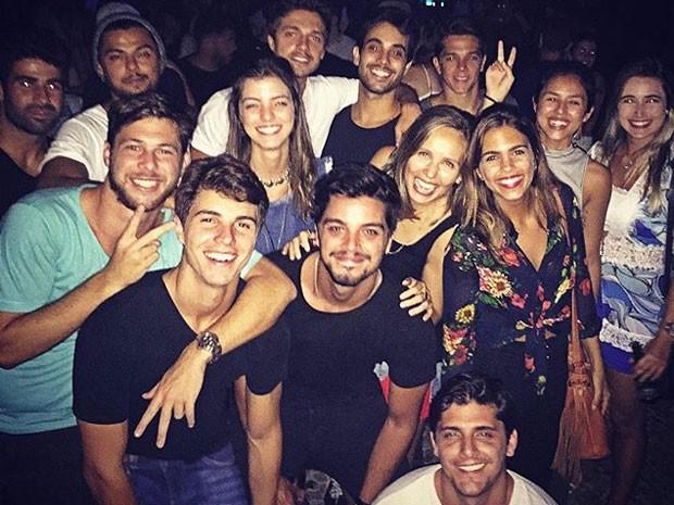 Rodrigo Simas, Bruno Gissoni e Yanna Lavigne em festa com amigos (Foto: Instagram/ Reprodução)