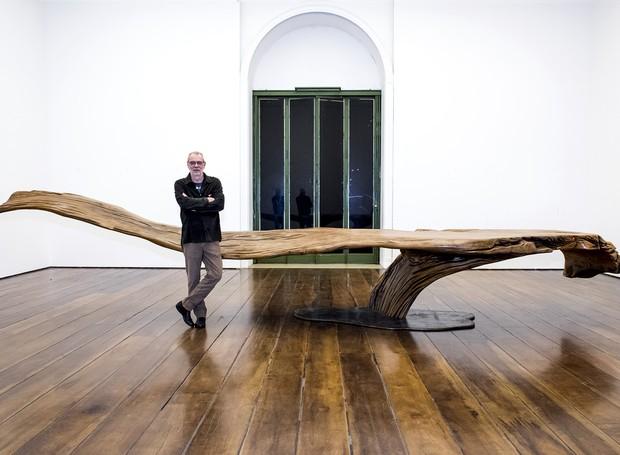 Hugo França ao lado da mesa Anete (Foto: Divulgação)