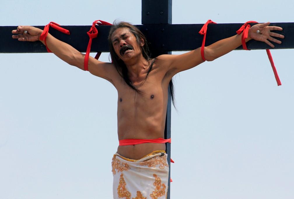 Filipino interpreta Jesus crucificado durante celebração da Sexta-feira Santa (Foto: REUTERS/Romeo Ranoco)