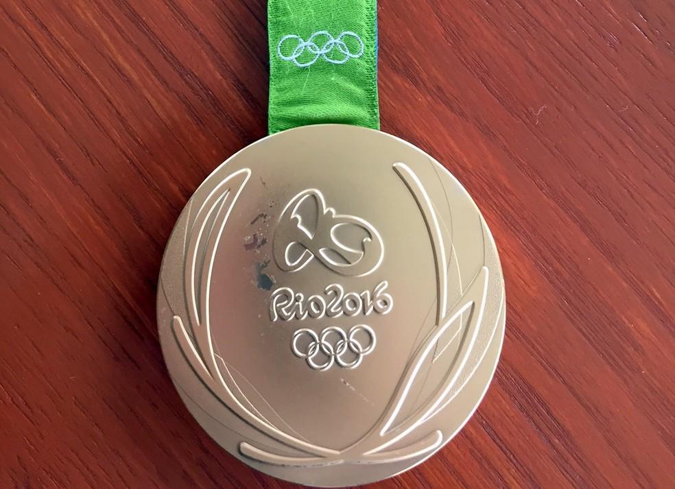 Arranhão na medalha de ouro do lutador Kevin Snyder  (Foto: Kevin Snyder via AP)