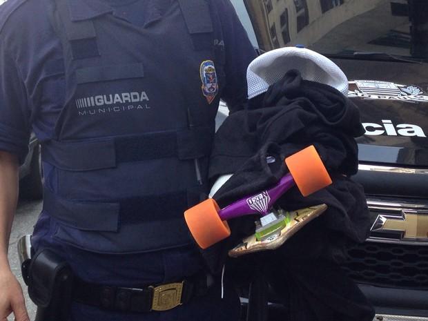 Objetos levados em arrastão foram recuperados pela polícia (Foto: Mariane Rossi / G1)
