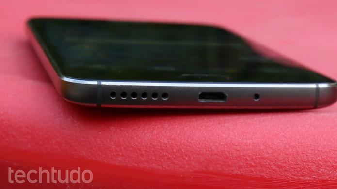 Saída de áudio do Moto G5S fica na parte inferior esquerda do telefone (Foto: Ana Marques/TechTudo)