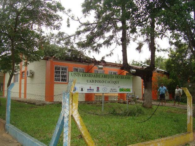 Sede do Polo de Cacequi da UAB ficou totalmente destelhado (Foto: Rute Lied, divulgação/Defesa Civil)