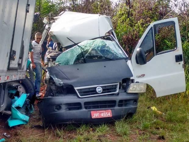 Van colidiu com caminhão neste sábado. Igarapé-Açu PA-320 (Foto: Polícia Militar)