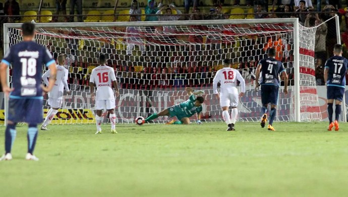 Rodrigo Viana, goleiro do São Bento, defende pênalti do Audax (Foto: Jesus Vicente/ EC São Bento)