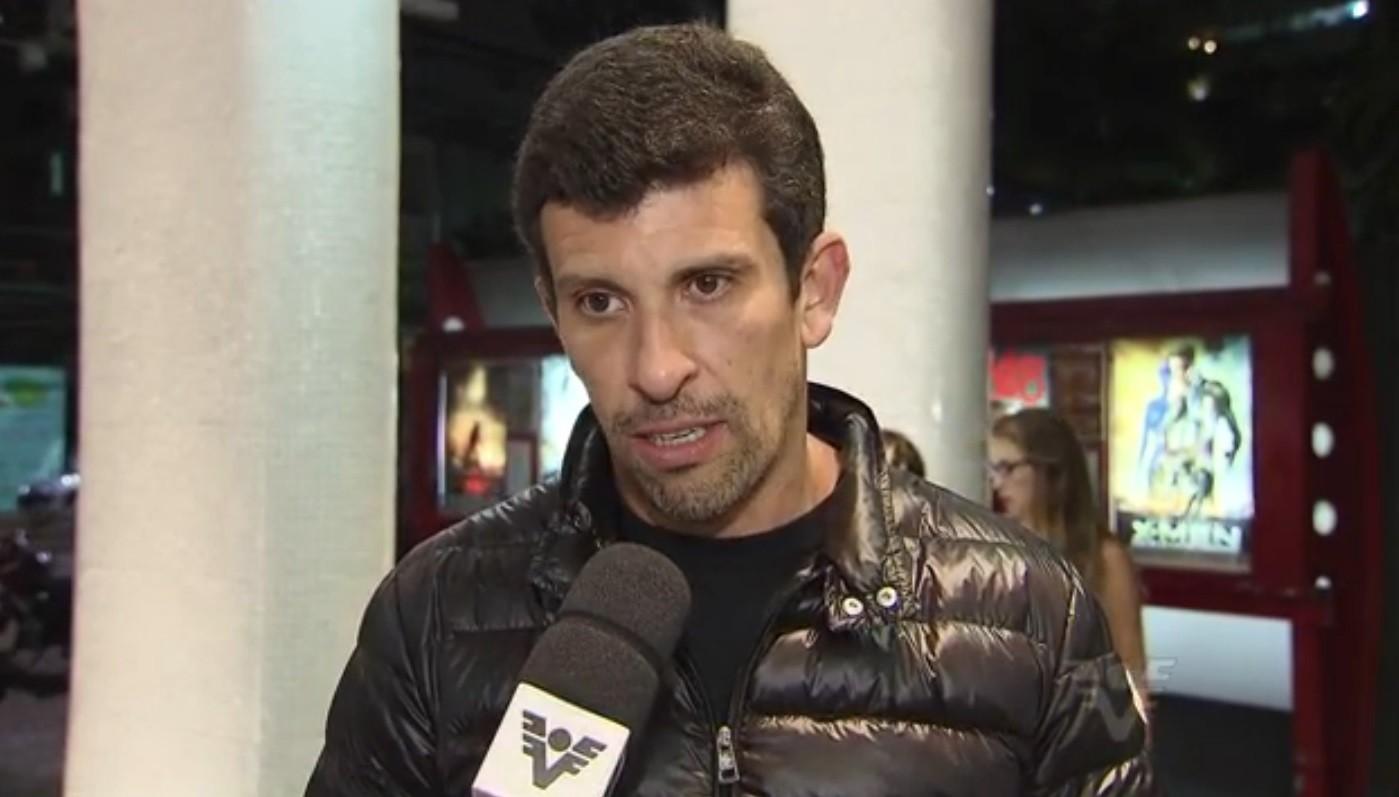 Ator Milhem Cortez na pré-estreia do filme 'O Lobo Atrás da Porta' em Santos (Foto: Reprodução/ TV Tribuna)
