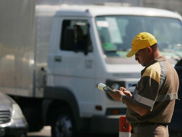 Fiscal da CET multa caminhão na Marginal (Foto: Filipe Araújo/ Agência Estado)