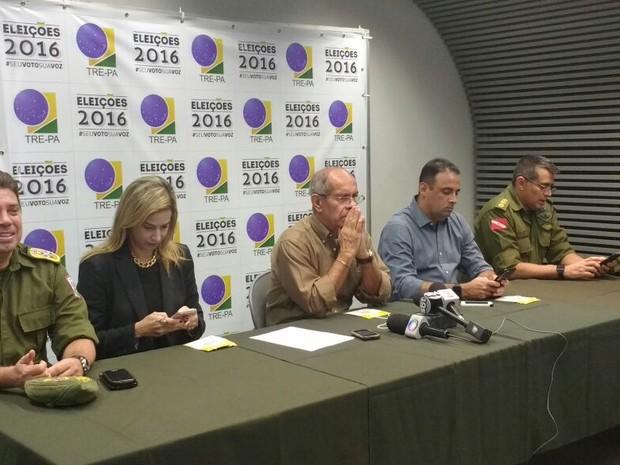Equipe de segurança da Polícia Civil e equipes do TRE comentam a realição do segundo turno das eleições 2016 em Belém (Foto: Luana Laboissiere/ G1 PA)