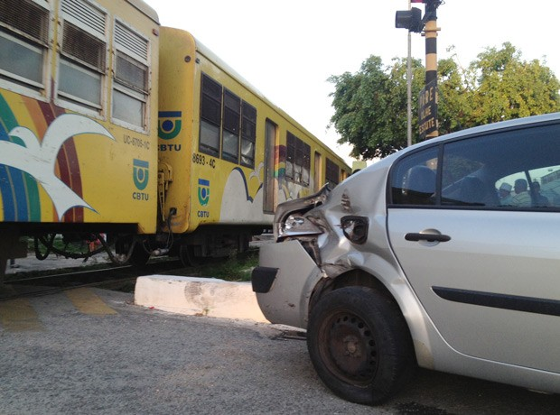 Um carro foi atingido por um trem da Companhia Brasileira de Trens Urbanos (CBTU) na tarde desta quinta-feira (6), em Bayeux, na Grande João Pessoa. De acordo com o motorista do veículo, José Benedito, o trânsito estava lento e ele decidiu aproveitar uma brecha para passar pelo cruzamento com a linha férrea. O motorista afirmou que não percebeu o trem avançando. O carro foi atingindo na parte de trás da lateral. Ninguém ficou ferido. A assessoria da CBTU em João Pessoa explicou que o acidente não causou nenhum transtorno nos horários dos trens (Foto: Walter Paparazzo/G1)