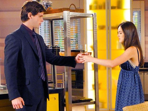 Conrado fica de queixo caído ao encontrar com Cida na cozinha (Foto: Cheias de Charme / TV Globo)